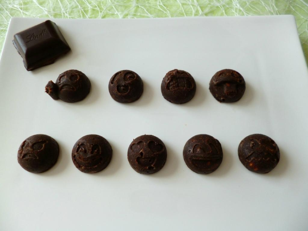 recette boules all g es au chocolat noir au pralin et aux clats de noisette seulement 40. Black Bedroom Furniture Sets. Home Design Ideas