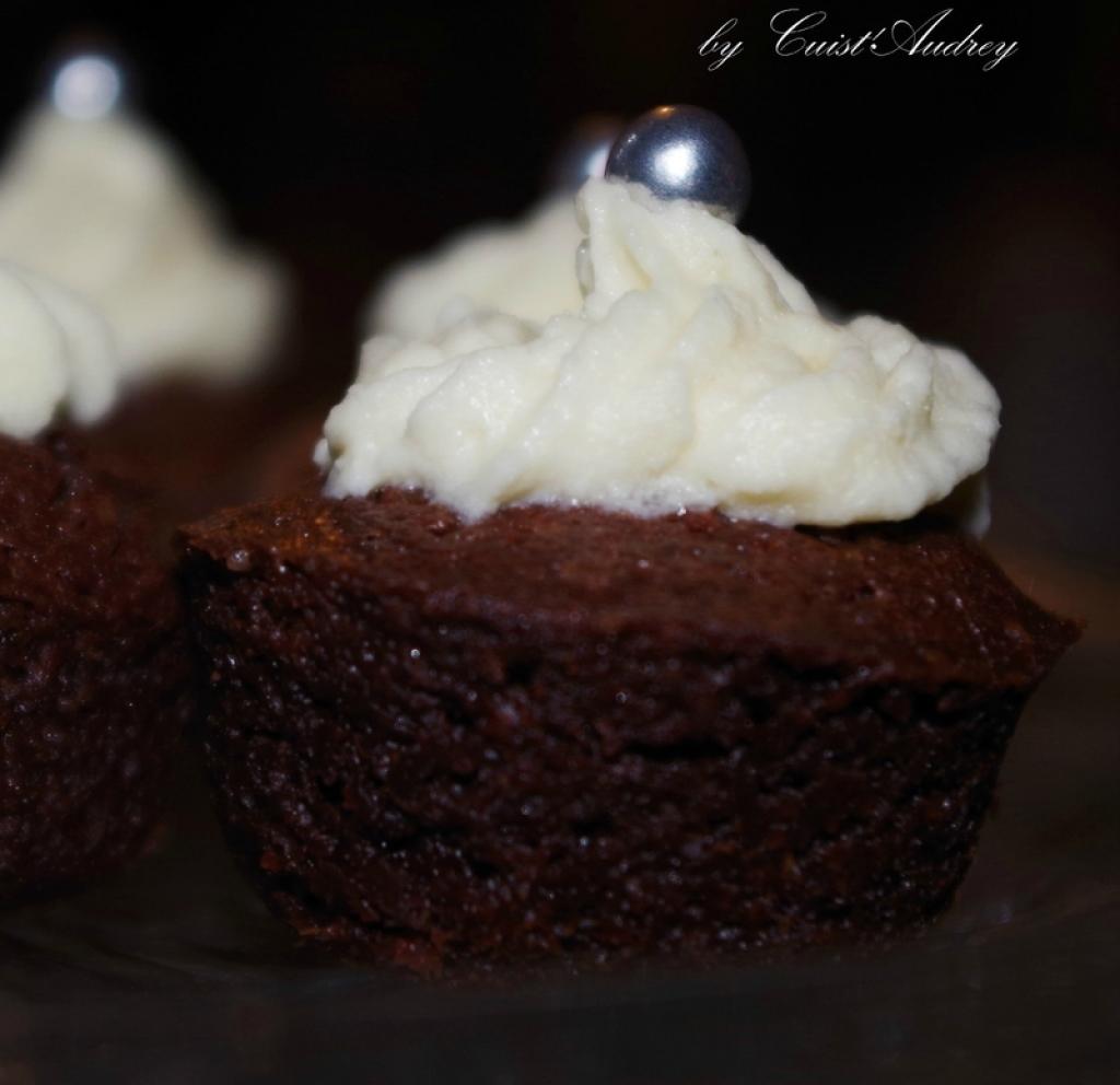 recette mini moelleux au chocolat au topping au chocolat blanc. Black Bedroom Furniture Sets. Home Design Ideas